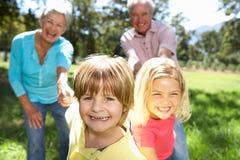 Coppie maggiori con i nipoti fotografie stock libere da diritti