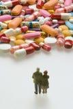 Coppie maggiori con le pillole Fotografia Stock Libera da Diritti