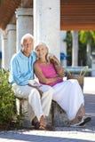 Coppie maggiori felici che sorridono all'esterno in sole Fotografia Stock Libera da Diritti