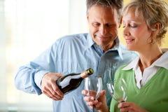 Coppie: Mangiare un vetro di vino rosso Immagini Stock