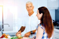 Coppie mature che cucinano a casa fotografia stock libera da diritti