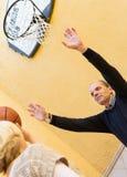 Coppie mature che giocano pallacanestro in patio Fotografia Stock Libera da Diritti