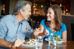Coppie mature che godono del pasto in ristorante Immagini Stock Libere da Diritti