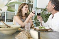 Coppie mature che tostano e che hanno pranzo. Fotografia Stock Libera da Diritti