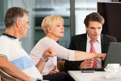 Coppie mature con il consulente finanziario fotografie stock