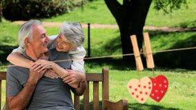 Coppie mature felici che abbracciano in un parco video d archivio