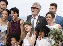 Coppie mature giovanili che si sposano alla spiaggia Fotografia Stock Libera da Diritti