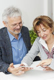 Coppie mature nella riunione con il consulente finanziario Fotografia Stock