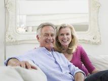 Coppie mature sorridenti nell'interno domestico bianco immagini stock