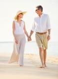 Coppie Medio Evo che godono della passeggiata sulla spiaggia Fotografie Stock Libere da Diritti
