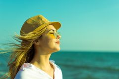 Coppie Medio Evo romantico felice che godono di bella passeggiata di tramonto sulla spiaggia fotografia stock libera da diritti