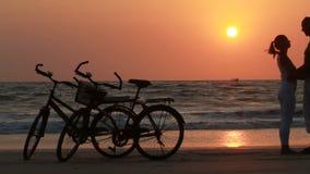 Coppie mentre guidare va in bicicletta archivi video