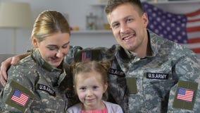 Coppie militari con la figlia che sorride in camera, esercito americano, giovane famiglia video d archivio