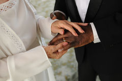 Coppie mixed anziane che scambiano gli anelli di cerimonia nuziale Fotografia Stock Libera da Diritti