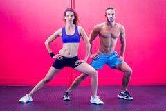 Coppie muscolari che fanno allungamento della gamba Immagini Stock Libere da Diritti