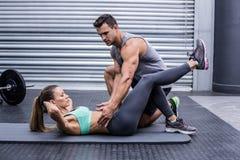 Coppie muscolari che fanno gli esercizi addominali Fotografia Stock Libera da Diritti
