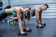Coppie muscolari che fanno insieme esercizio della plancia Fotografia Stock