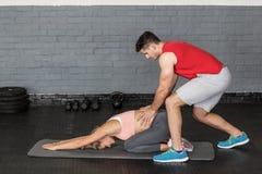 Coppie muscolari che fanno un allungamento del corpo Fotografie Stock Libere da Diritti