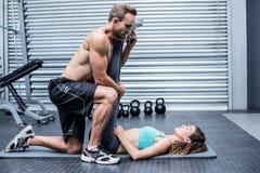 Coppie muscolari che fanno un allungamento della gamba Immagine Stock