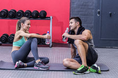 Coppie muscolari di seduta che parlano insieme Fotografia Stock