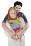 Coppie musulmane che fanno forma del cuore in pancia fotografie stock libere da diritti