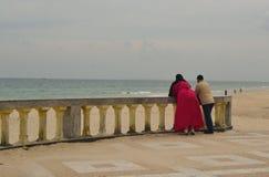 Coppie musulmane sulla spiaggia fotografia stock