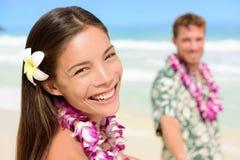 Coppie nei leu hawaiani - donna asiatica felice delle Hawai Immagine Stock Libera da Diritti