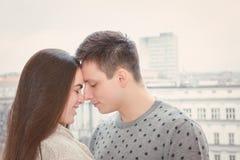 Coppie nei nasi commoventi di amore immagini stock