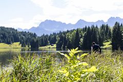 Coppie nel lago Geroldsee con le montagne di Karwendel Fotografia Stock