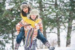 Coppie nel parco di inverno Immagini Stock Libere da Diritti