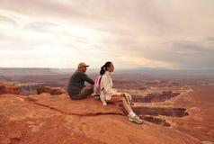 Coppie nel parco nazionale di Canyonlands Immagini Stock Libere da Diritti