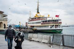 Coppie nel porto di traghetto di Kadikoy fotografia stock