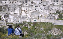 Coppie nel proposito della città di Matera dalle altezze disposte nella parte anteriore Immagini Stock Libere da Diritti