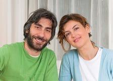 Coppie nel sorridere dei pastelli Fotografie Stock
