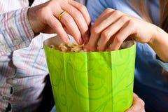 Coppie nel teatro del cinematografo con popcorn Fotografia Stock