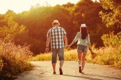 Coppie nel tenersi per mano di camminata di amore Immagine Stock
