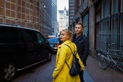 Coppie nel vicolo di Amsterdam immagine stock libera da diritti