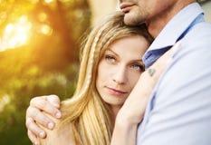 Coppie nell'abbracciare di amore Immagine Stock