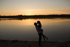 Coppie nell'alba sulla spiaggia immagini stock libere da diritti