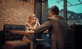 Coppie nell'amore al ristorante Data delle coppie nelle relazioni romantiche, amore della famiglia Riunione d'affari dell'uomo e  immagini stock