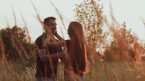 Coppie nell'amore al tramonto video d archivio