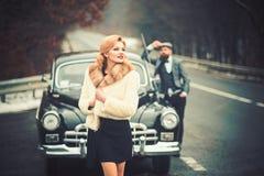 Coppie nell'amore alla data romantica Automobile retro della raccolta e riparazione automatica dall'autista del meccanico Viaggio fotografie stock libere da diritti