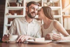 Coppie nell'amore in caffè Immagini Stock