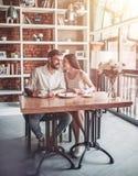 Coppie nell'amore in caffè Immagine Stock Libera da Diritti