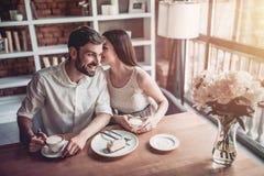 Coppie nell'amore in caffè Fotografia Stock Libera da Diritti