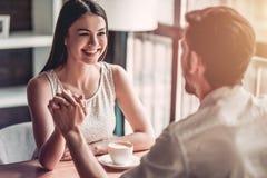 Coppie nell'amore in caffè immagini stock libere da diritti