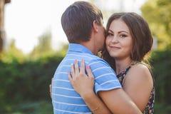 Coppie nell'amore che abbraccia contro lo sfondo della natura closeup Fotografia Stock