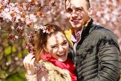 Coppie nell'amore che cammina nel parco al giorno di molla soleggiato Fotografie Stock