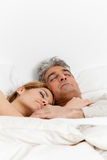 Coppie nell'amore che dorme nel letto fotografie stock