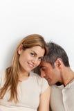 Coppie nell'amore che riposa nel letto immagini stock